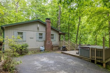 2 Bedroom, 2 Bath Affordable Economy Cabin With A Hot Tub, Close To Attractions.