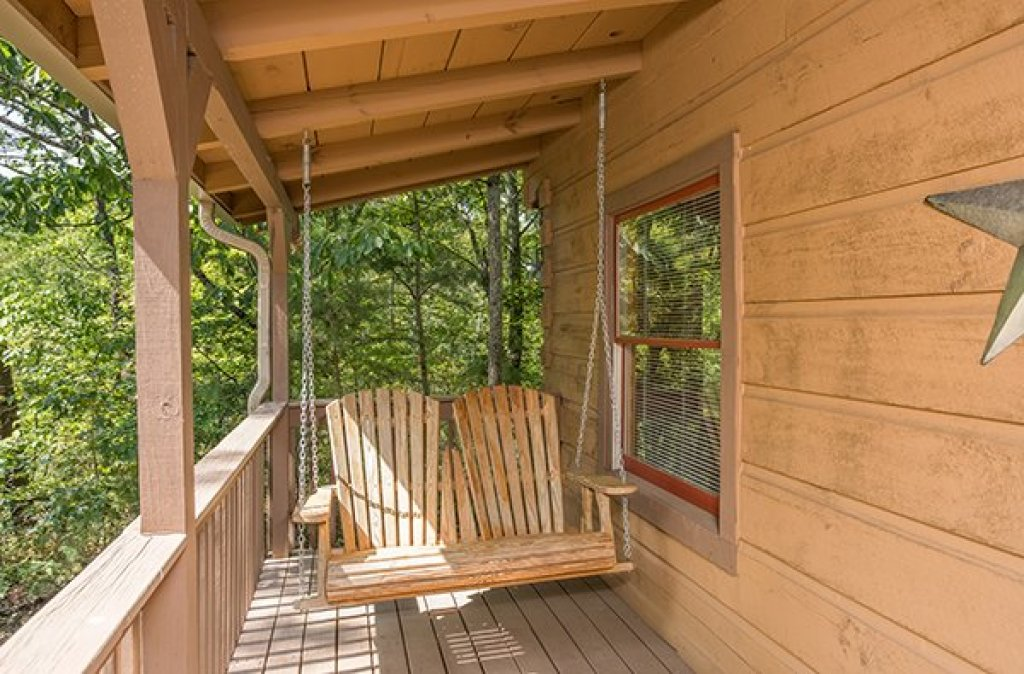 Photo of a Gatlinburg Cabin named Bearfoot Adventure - This is the eighteenth photo in the set.
