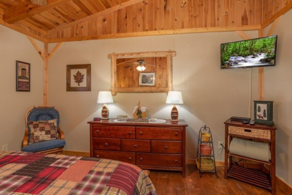 Photo of a Gatlinburg Cabin named Bearfoot Adventure - This is the twenty-seventh photo in the set.