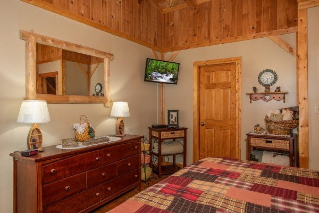 Photo of a Gatlinburg Cabin named Bearfoot Adventure - This is the twenty-eighth photo in the set.