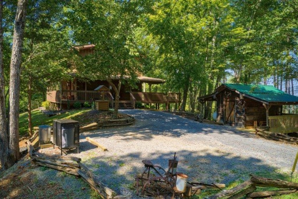 Photo of a Gatlinburg Cabin named Bearfoot Adventure - This is the thirtieth photo in the set.
