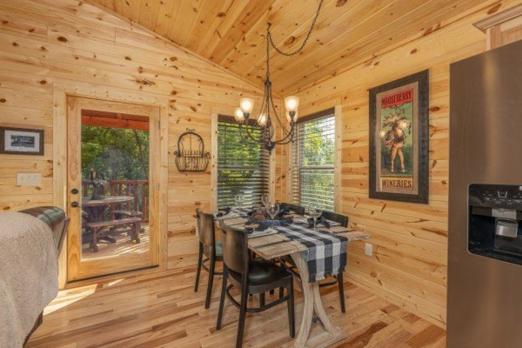 Photo of a Sevierville Cabin named Mountain Life - This is the third photo in the set.