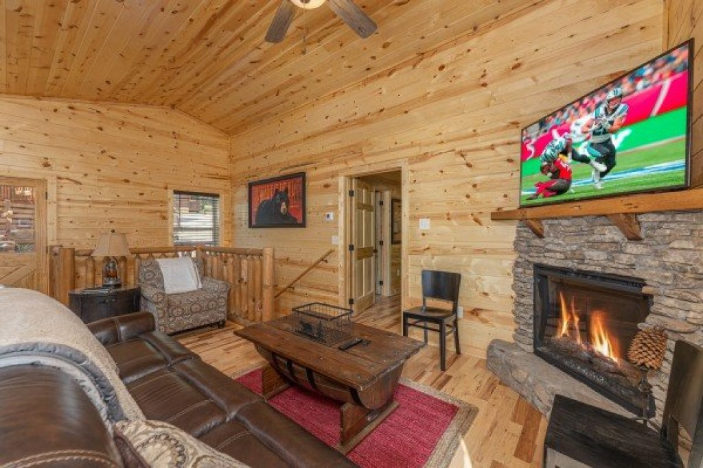 Photo of a Sevierville Cabin named Mountain Life - This is the second photo in the set.