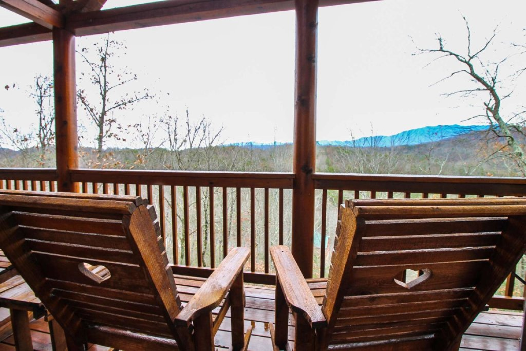 Photo of a Pigeon Forge Cabin named Mountain Memories - This is the second photo in the set.