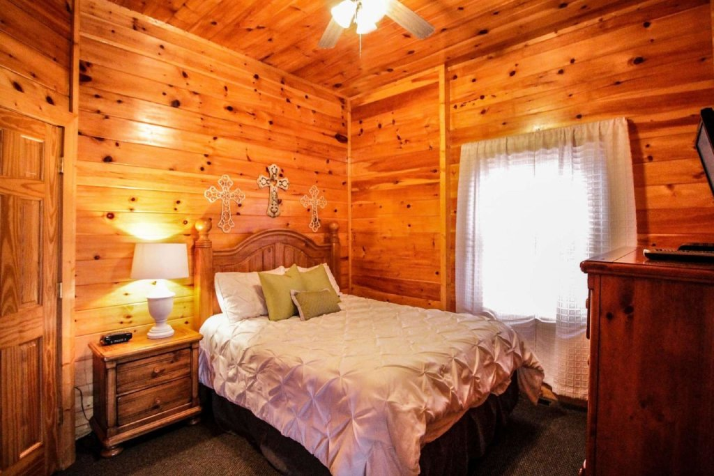 Photo of a Pigeon Forge Cabin named Mountain Memories - This is the twenty-third photo in the set.