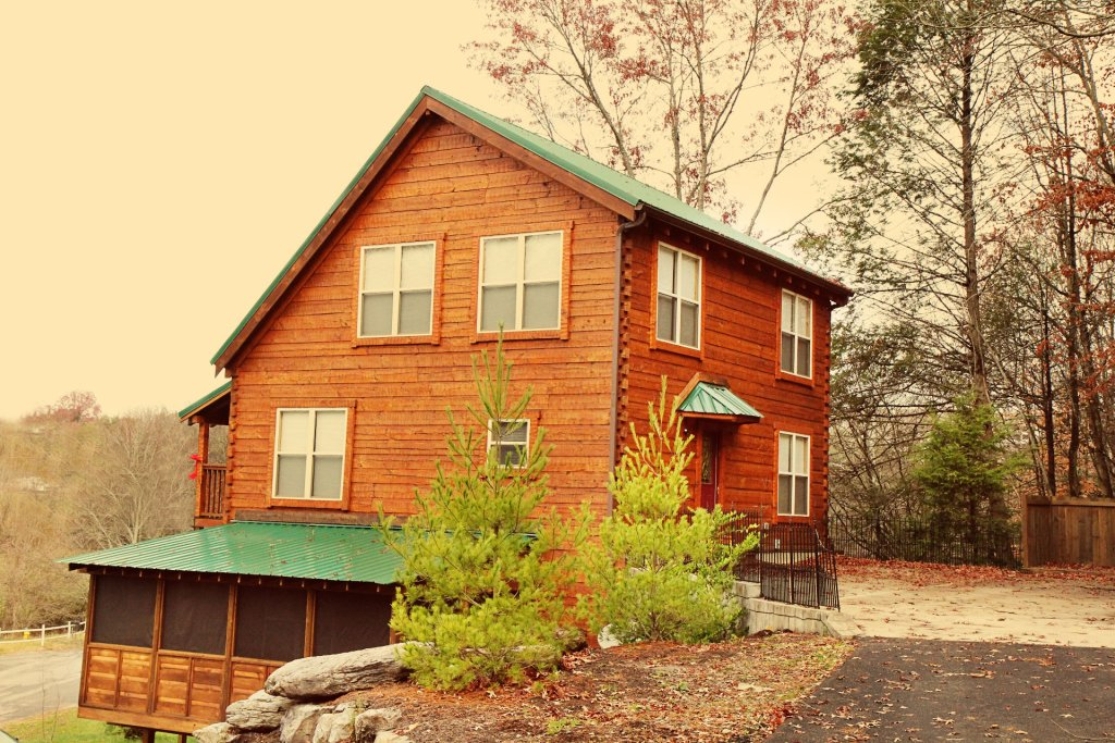 Photo of a Pigeon Forge Cabin named Cinema Falls - This is the two thousand one hundred and seventy-second photo in the set.