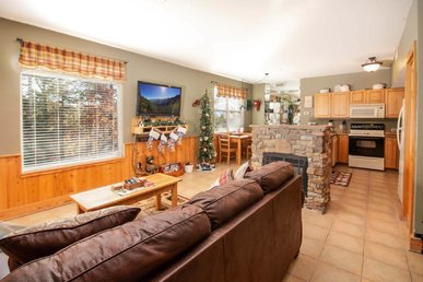 Sleeps 6 Vacation Rental, Leather Furniture, Virtual Check-in/checkout