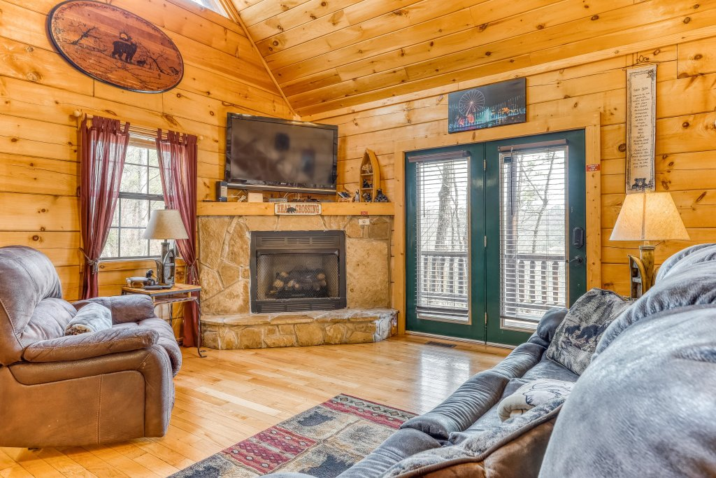 Photo of a Pigeon Forge Cabin named Moonshine Ridge - This is the second photo in the set.