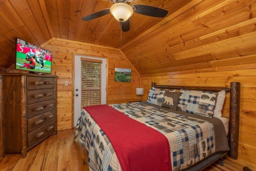 Photo of a Pigeon Forge Cabin named Pool Side Lodge - This is the thirty-third photo in the set.