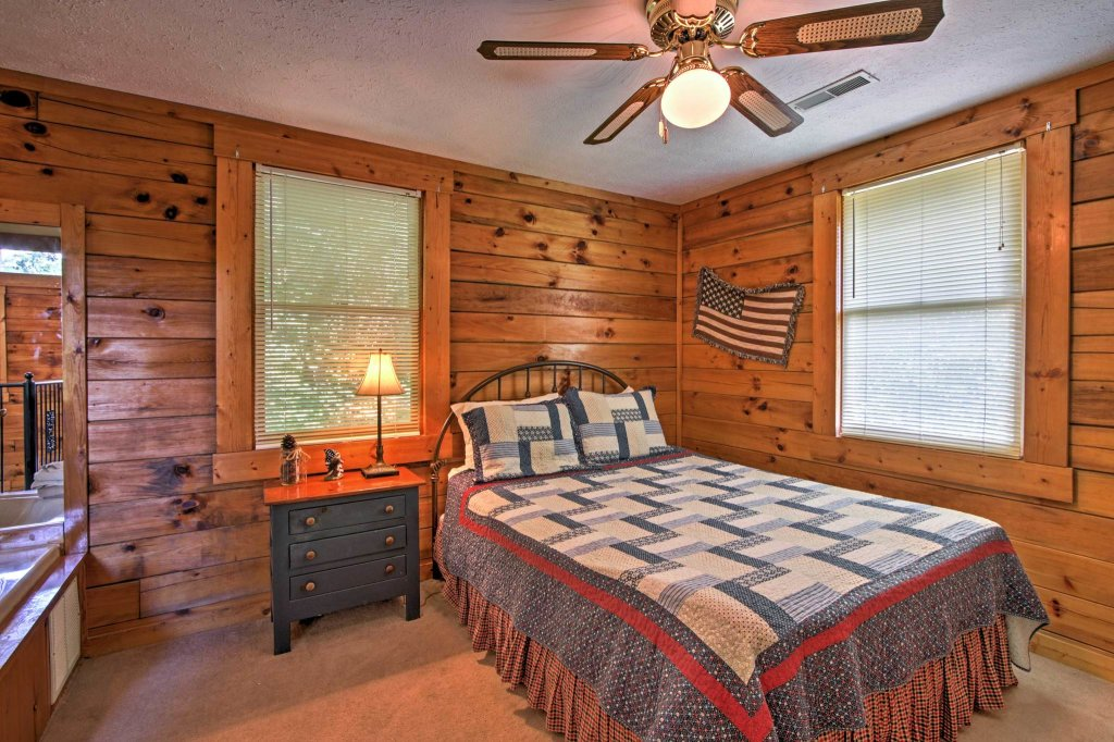 Photo of a Pigeon Forge Cabin named  Honeysuckle Holler - This is the nine hundred and seventy-second photo in the set.