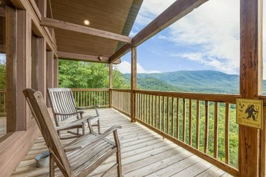 A 3 Bedroom, 3 Bathroom Luxury Cabin For 8 With An Incredible Mountain View.