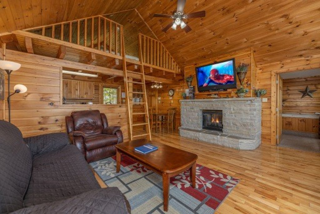 Photo of a Pigeon Forge Cabin named Eagle's Eye - This is the second photo in the set.