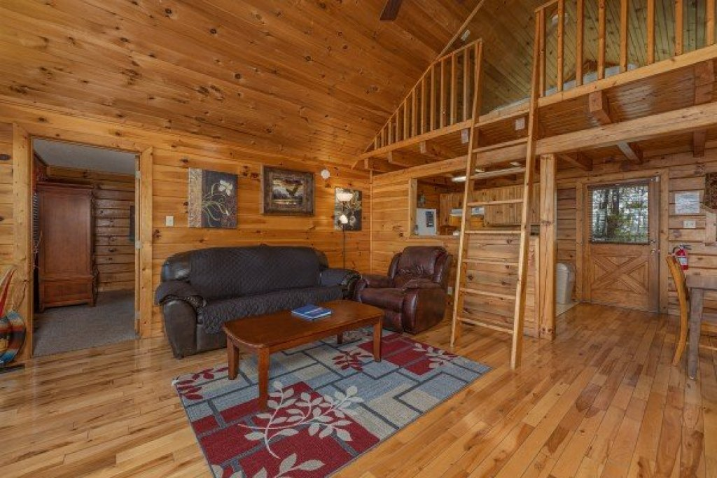 Photo of a Pigeon Forge Cabin named Eagle's Eye - This is the third photo in the set.