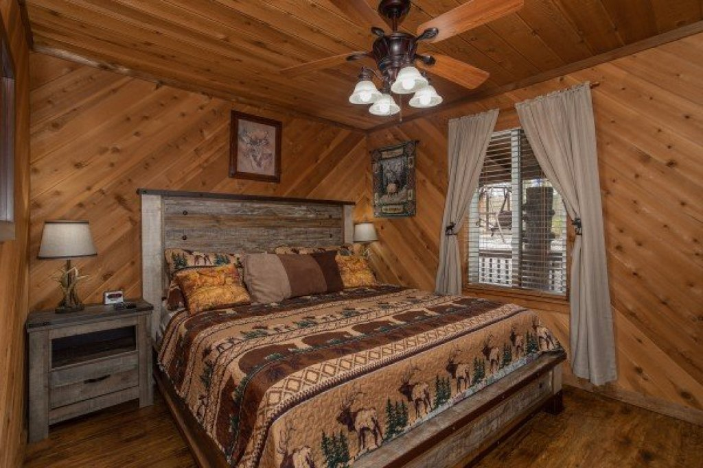 Photo of a Pigeon Forge Cabin named Bearing Views - This is the nineteenth photo in the set.