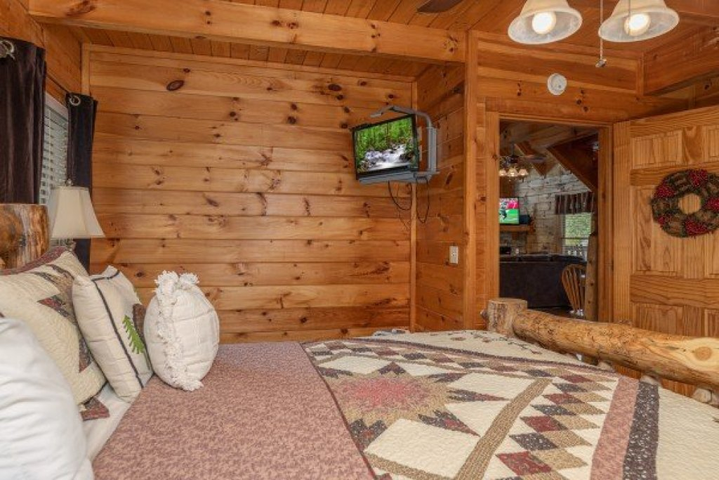 Photo of a Pigeon Forge Cabin named Logged Inn - This is the eleventh photo in the set.