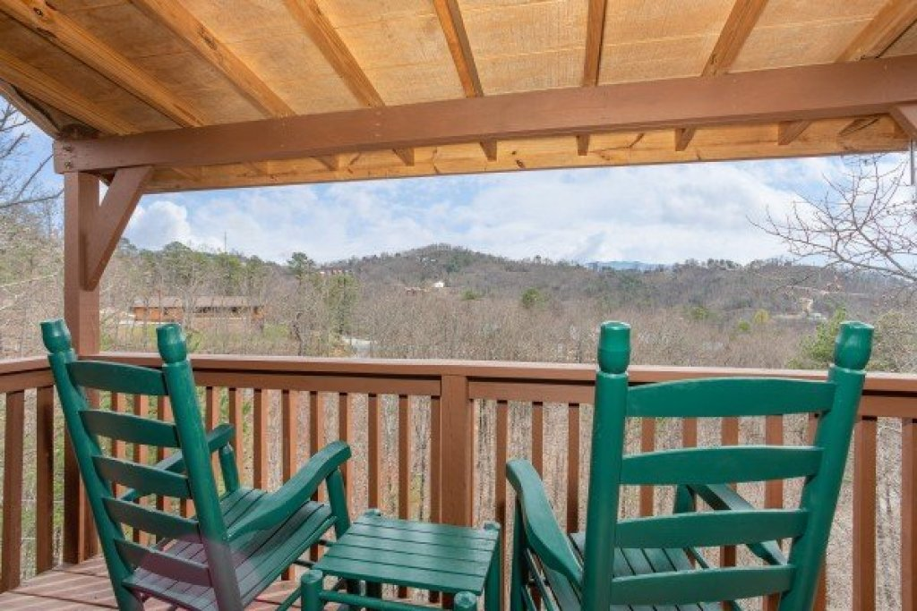 Photo of a Pigeon Forge Cabin named Bearing Views - This is the twenty-fifth photo in the set.