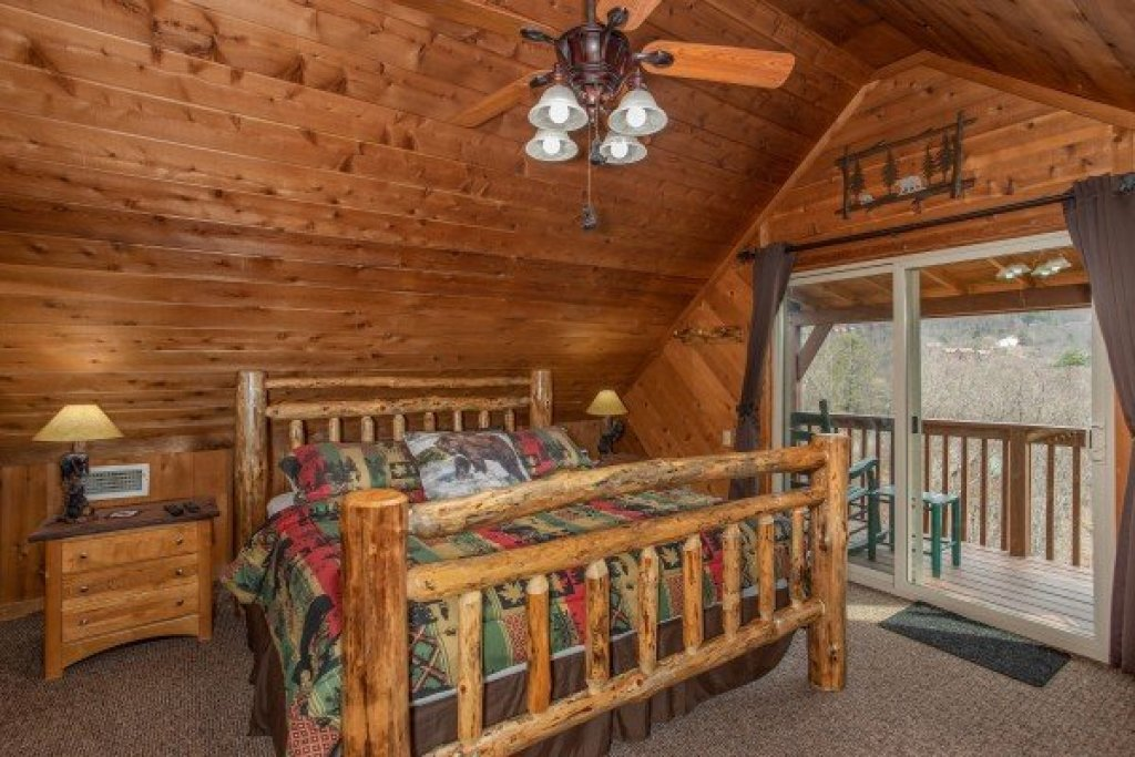 Photo of a Pigeon Forge Cabin named Bearing Views - This is the twenty-second photo in the set.