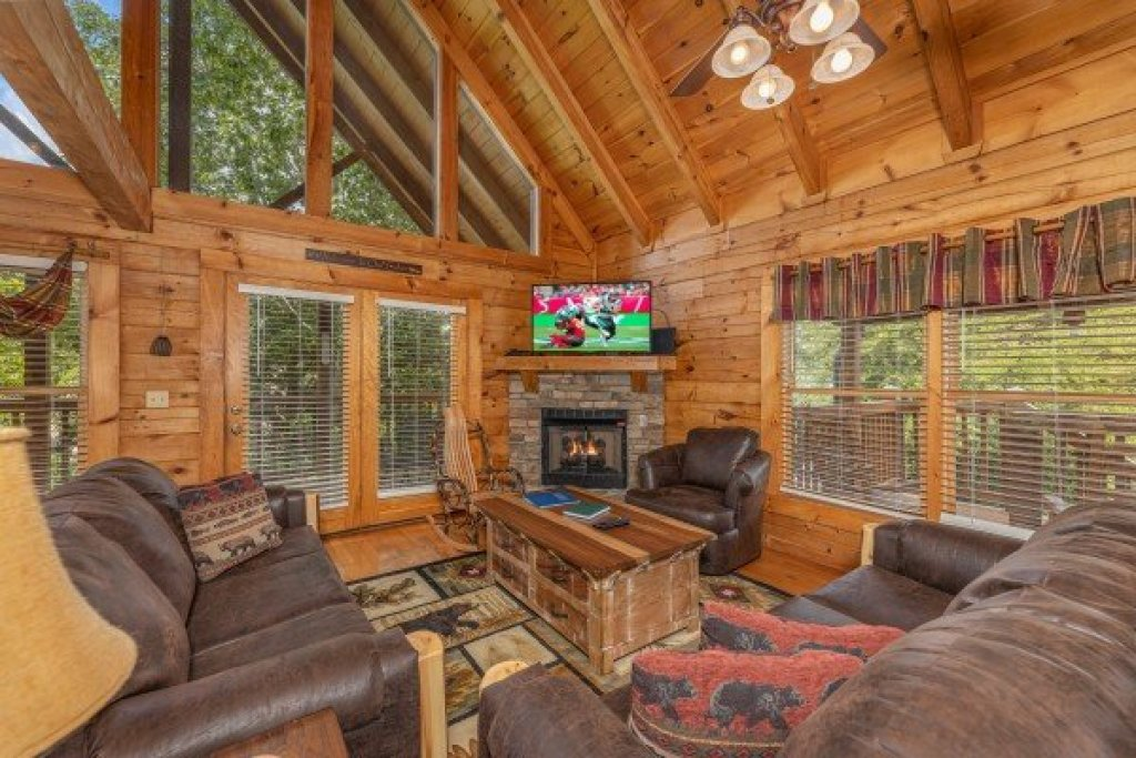 Photo of a Pigeon Forge Cabin named Logged Inn - This is the second photo in the set.