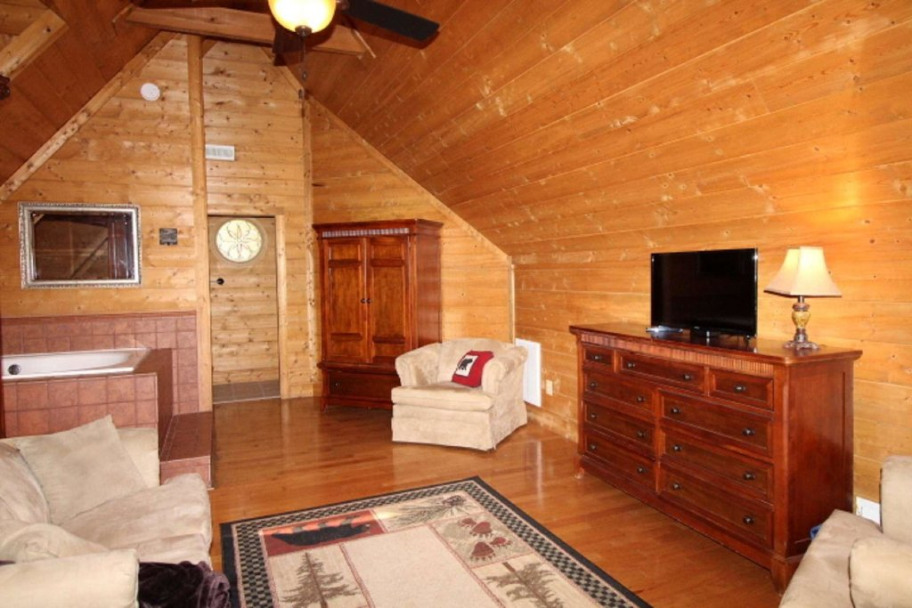 Photo of a Pigeon Forge Cabin named Moonlight Kisses - This is the fourteenth photo in the set.