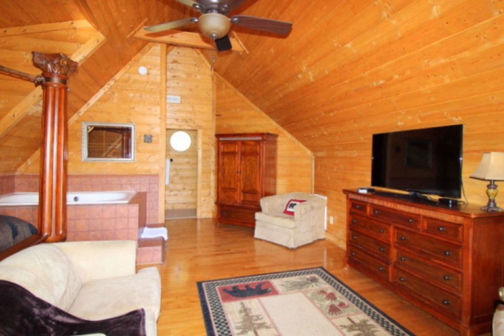 Photo of a Pigeon Forge Cabin named Moonlight Kisses - This is the twenty-seventh photo in the set.
