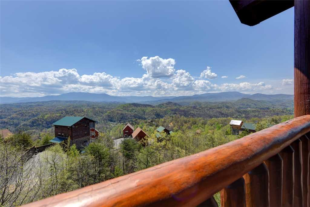 Photo of a Sevierville Cabin named Mountaintop Lodge - This is the thirty-fourth photo in the set.