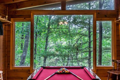 Comfortable cabin with pool table, jetted-tubs, fireplace, and pool access