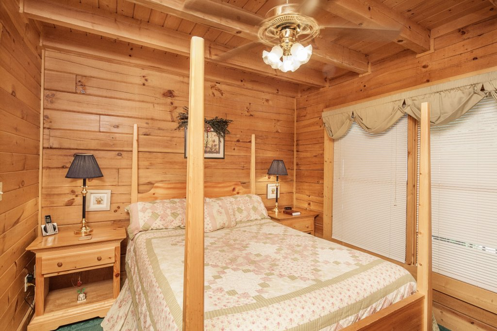 Photo of a Pigeon Forge Cabin named  Red Bird Haven - This is the eleventh photo in the set.