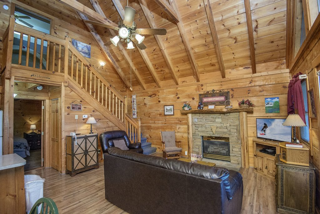 Photo of a Pigeon Forge Cabin named  The Bear Pause - This is the second photo in the set.