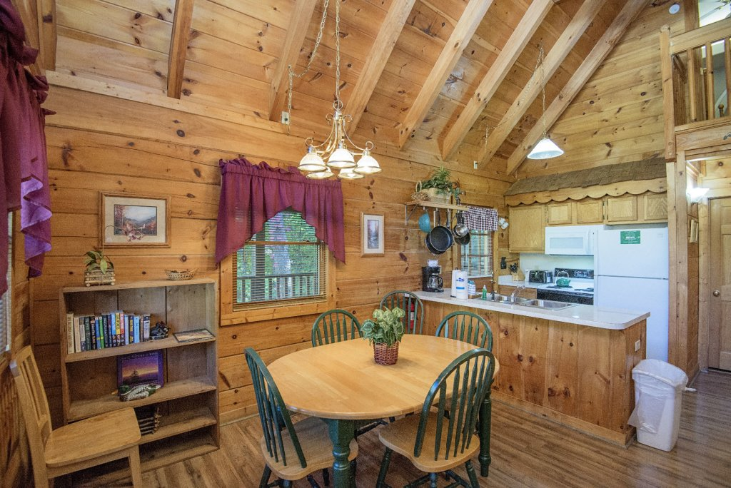 Photo of a Pigeon Forge Cabin named  The Bear Pause - This is the tenth photo in the set.