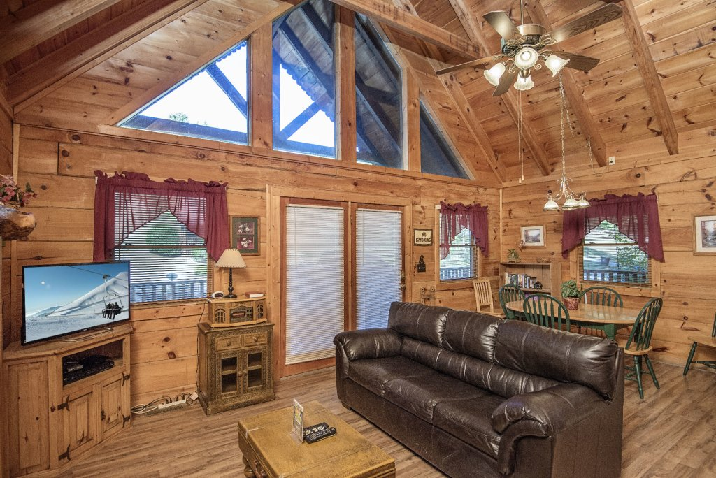 Photo of a Pigeon Forge Cabin named  The Bear Pause - This is the fifth photo in the set.