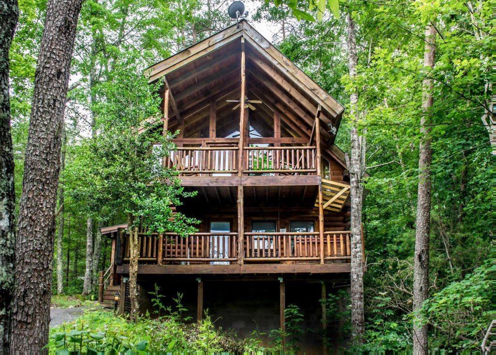 Photo of a Sevierville Cabin named Bear Hug #18 - This is the second photo in the set.