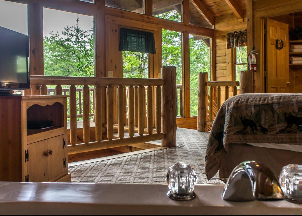 Photo of a Sevierville Cabin named Bear Hug #18 - This is the fourteenth photo in the set.