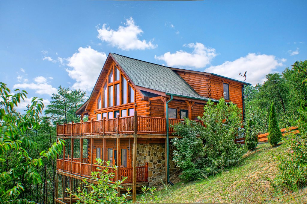 Photo of a Sevierville Cabin named Grizzly Manor - This is the first photo in the set.