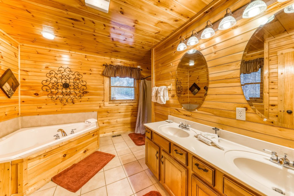 Photo of a Sevierville Cabin named Grizzly Manor - This is the fifteenth photo in the set.