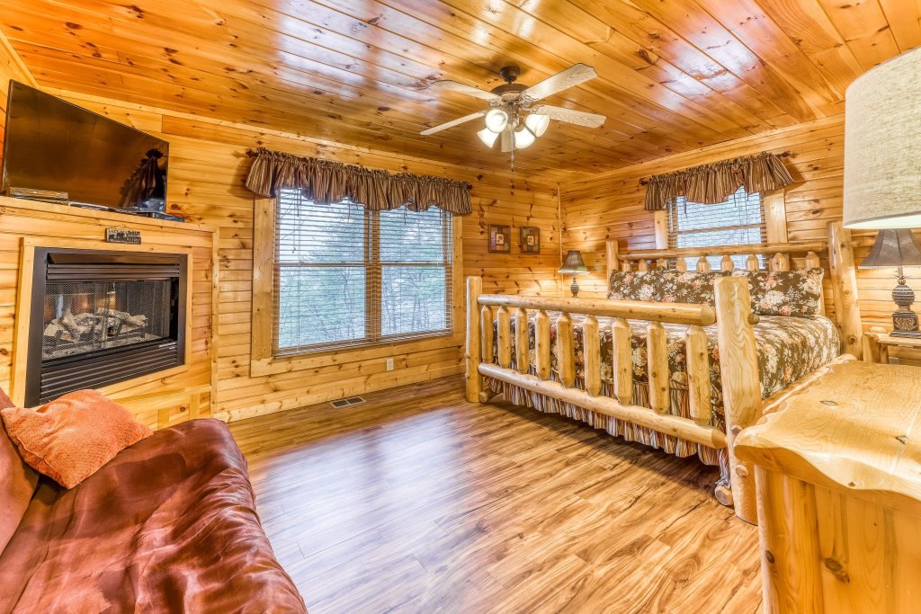 Photo of a Sevierville Cabin named Grizzly Manor - This is the thirteenth photo in the set.