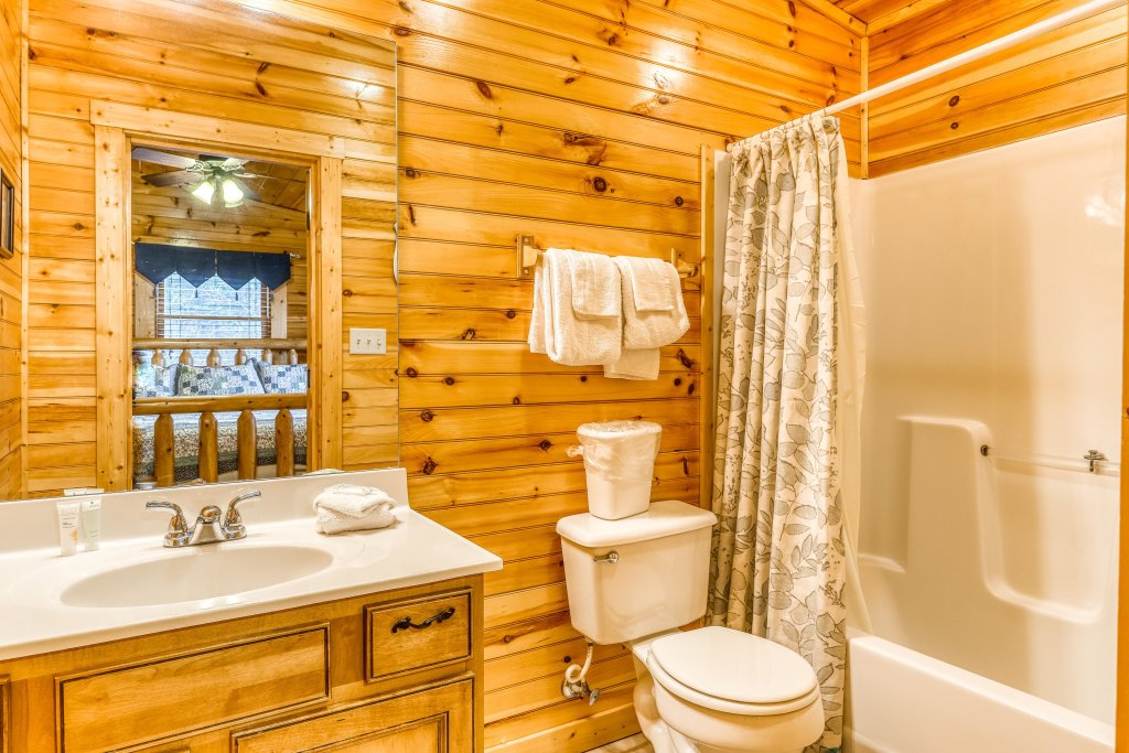 Photo of a Sevierville Cabin named Grizzly Manor - This is the eighteenth photo in the set.