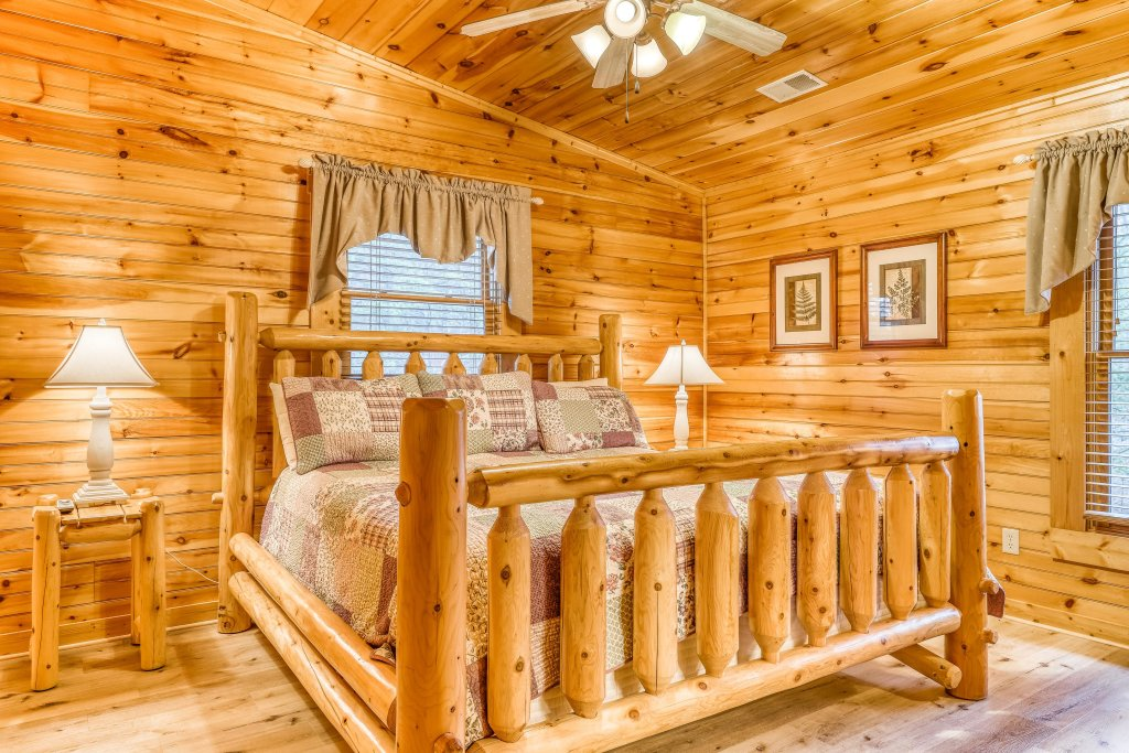Photo of a Sevierville Cabin named Grizzly Manor - This is the twenty-fifth photo in the set.