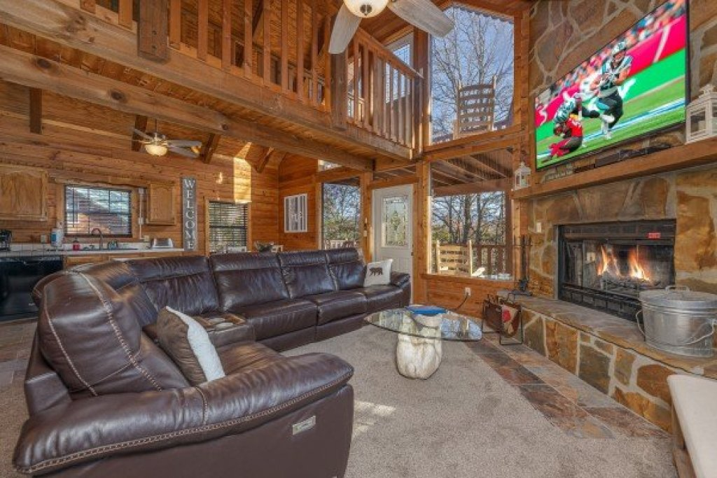 Photo of a Pigeon Forge Cabin named Eagle Watch Den - This is the second photo in the set.