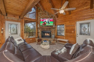 A 5 Bedroom, 3 Bathroom Deluxe Cabin For 14 With A Large Hot Tub & A Fire Pit.