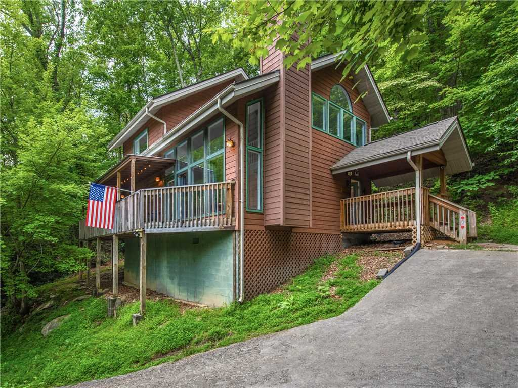 Photo of a Gatlinburg Cabin named Big Bear Ski Chalet - This is the first photo in the set.