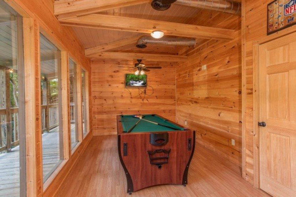 Photo of a Gatlinburg Cabin named License To Chill - This is the seventh photo in the set.