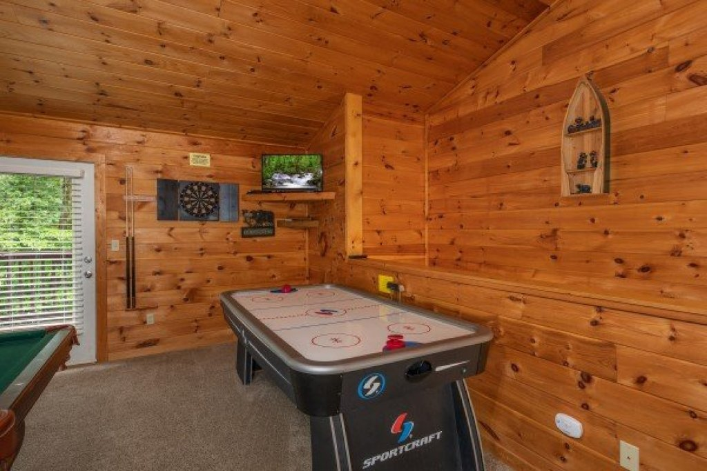 Photo of a Sevierville Cabin named Hidden Pines - This is the sixth photo in the set.