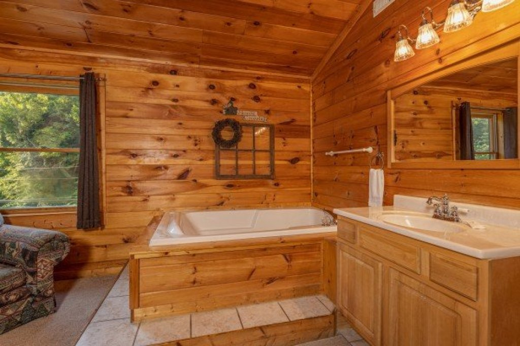 Photo of a Pigeon Forge Cabin named Family Getaway - This is the fourteenth photo in the set.