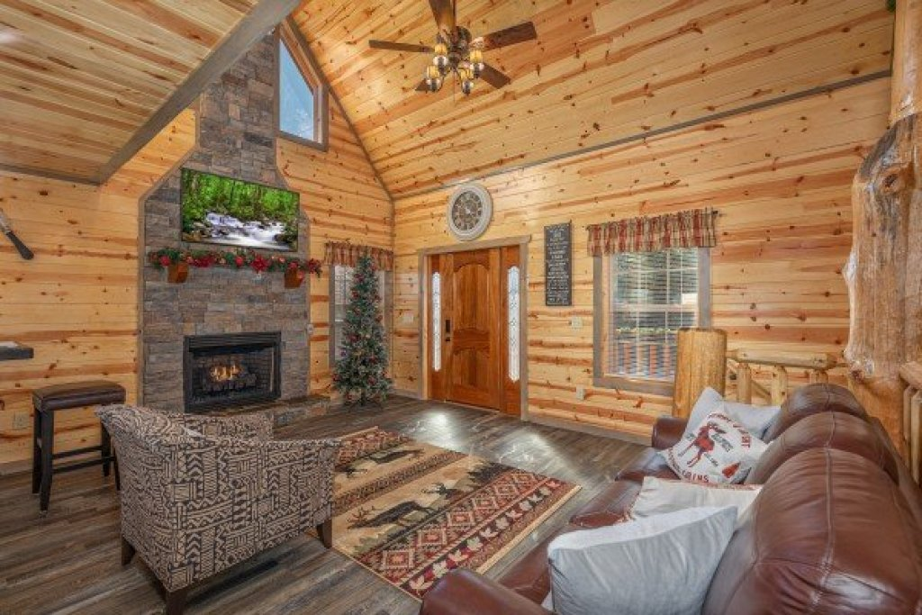 Photo of a Pigeon Forge Cabin named Allstar Pool Lodge - This is the third photo in the set.