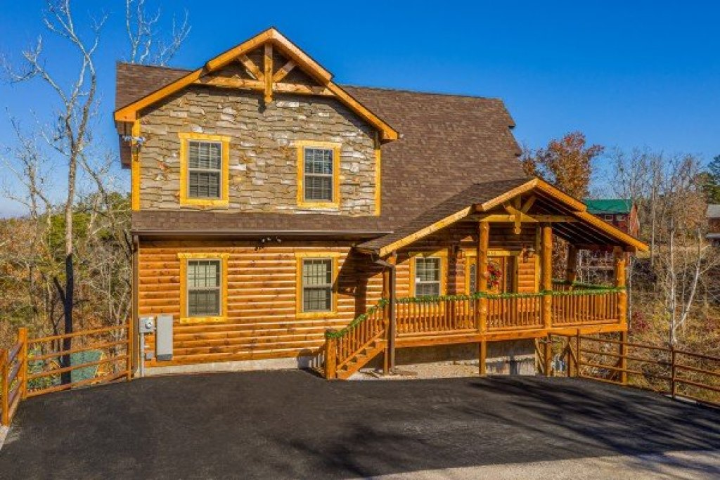 Photo of a Pigeon Forge Cabin named Allstar Pool Lodge - This is the second photo in the set.