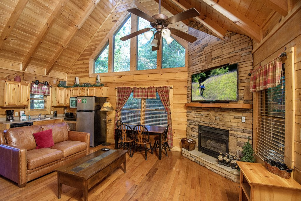 Photo of a Pigeon Forge Cabin named  Black Hawk Hideaway - This is the second photo in the set.