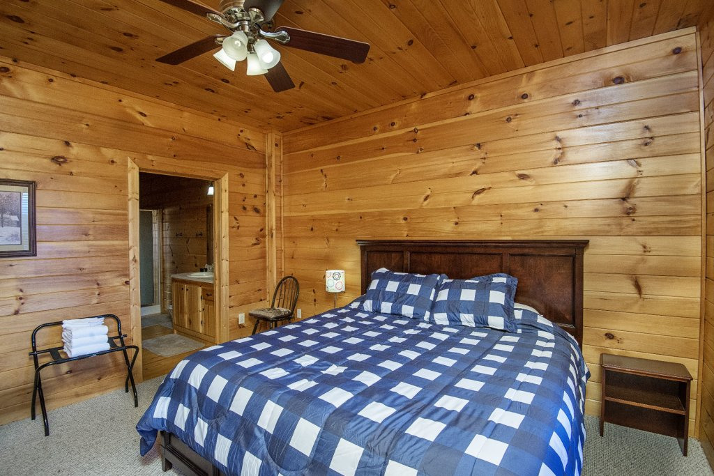 Photo of a Sevierville Cabin named Dunder Mountain Views Cabin Retreat - This is the forty-third photo in the set.
