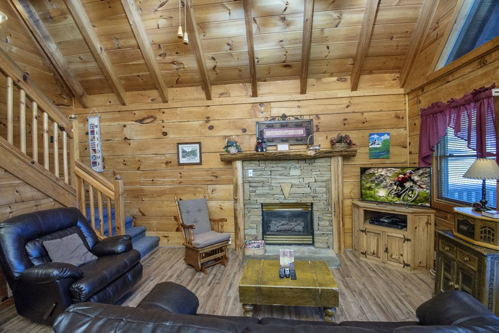 Photo of a Pigeon Forge Cabin named  The Bear Pause - This is the third photo in the set.