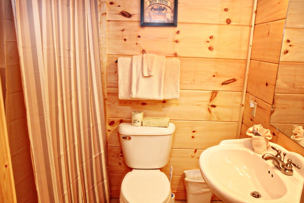 Photo of a Pigeon Forge Cabin named Cinema Falls - This is the twenty-second photo in the set.