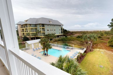 Cozy Beachfront Condo with Beautiful sea views and Community pool access